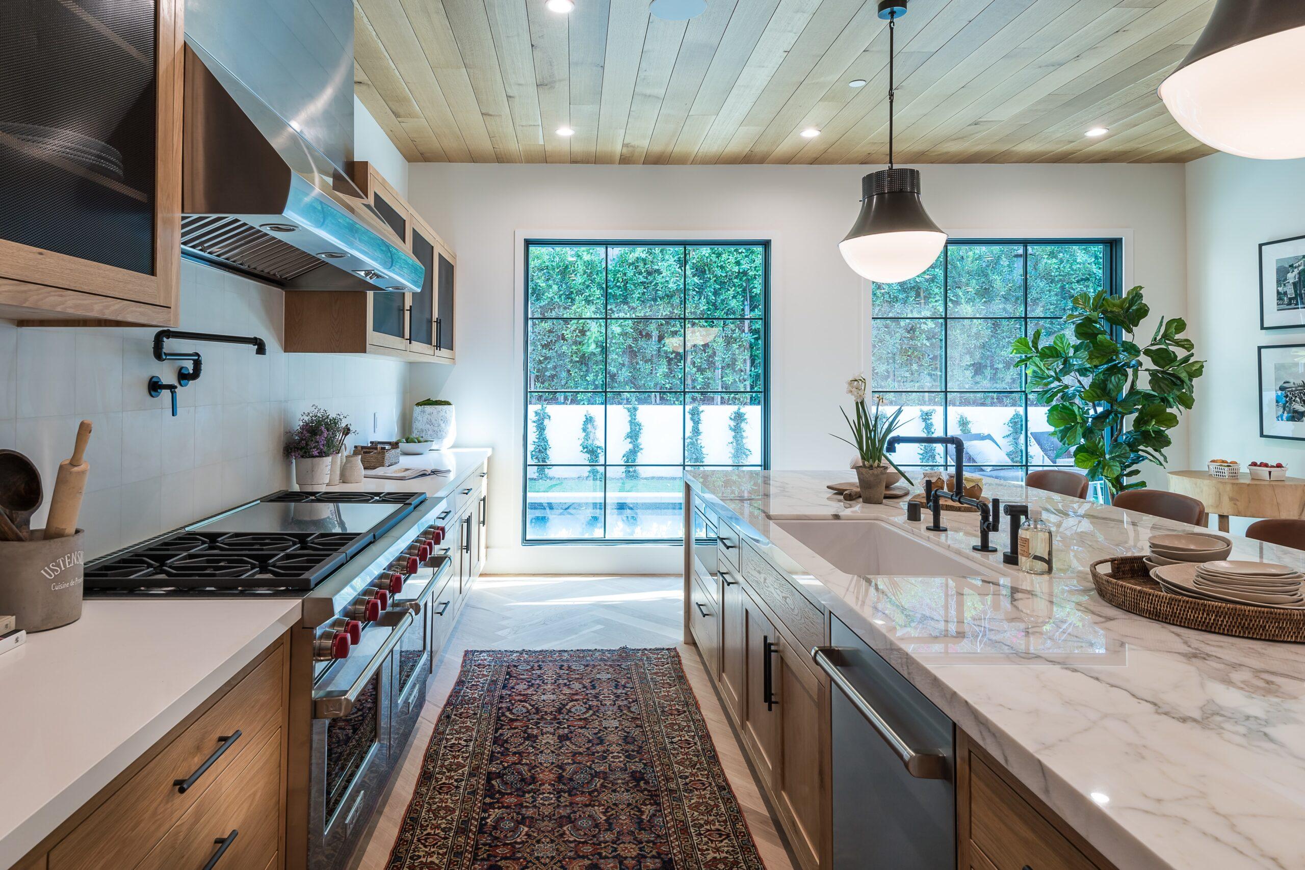 Mẫu tủ bếp song song đẹp màu gỗ